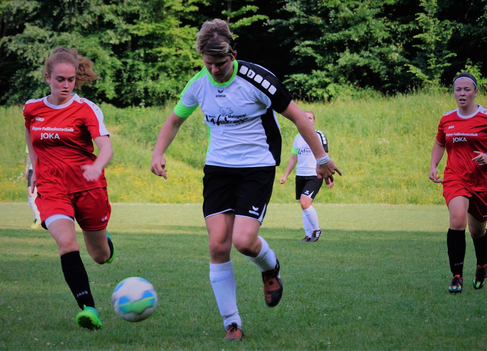 Lea Kuhl (li.) und Tessa Eisenberg (re.) schlossen mit dem Team der FSG Ebsdorfergrund die Spielsaison mit einem 1:1 gegen den TSV Lang-Göns ab