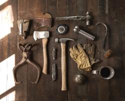 Werkzeug auf einer Holzplatte