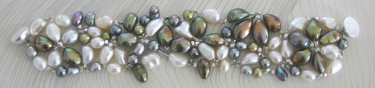 Unikat Armband Unique aus barocken Perlen in verschiedenen Größen, Farben und Formen, silberner Magnetverschluss