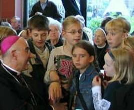 Gespräch unserer Schüler mit Ruhrbischof Dr. Felix Genn auf einem Fest der Essener Mutter-Teresa-Schwestern