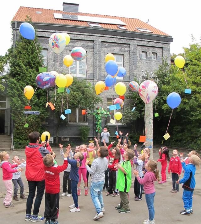 Klasse 1 a ließen zum Abschluss die restlichen Luftballons vom Vortage steigen.
