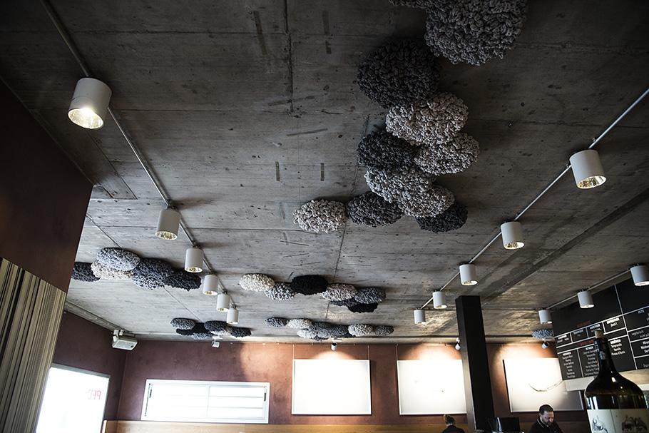 60 Flowers, Installation der Künstlerin Barbara Reck-Irmler, im Restaurant PEDI Biberach, Germany