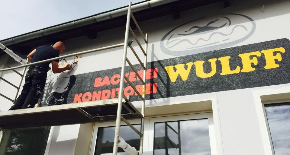 Firmenlogo an die Fassaden wand