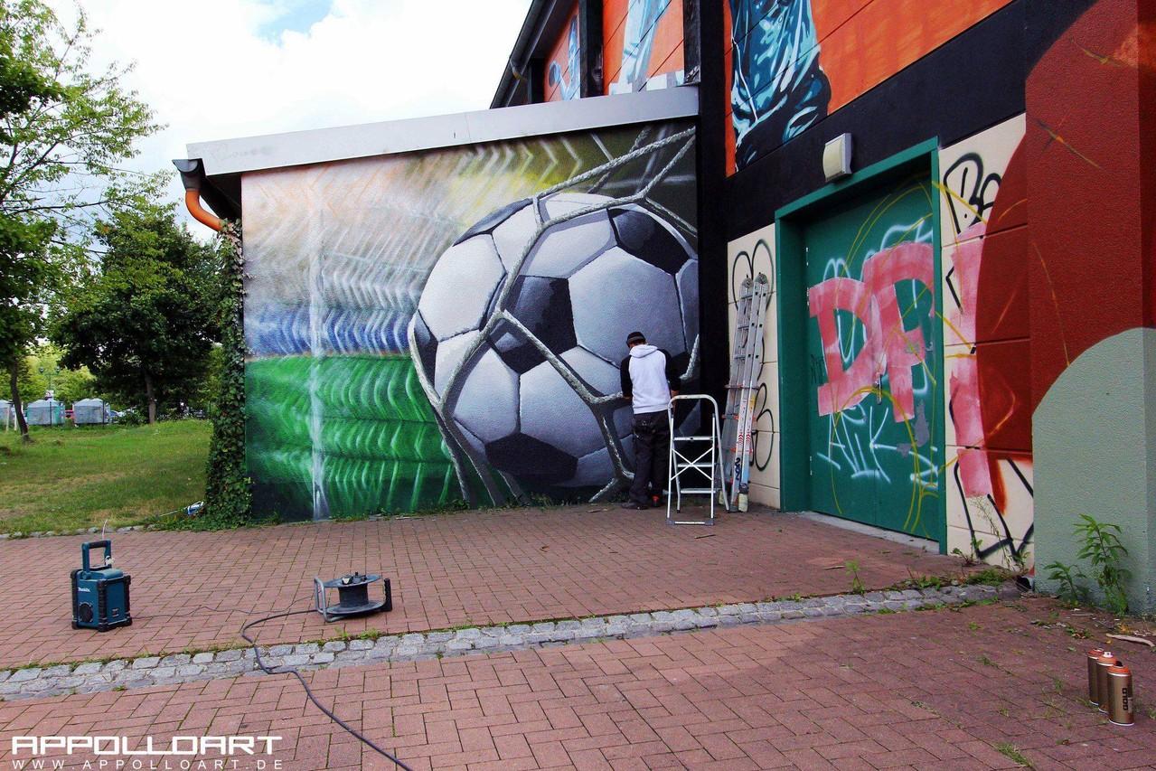 Fassadenkunst auf Giebelsee Halle in Petershagen Graffiti