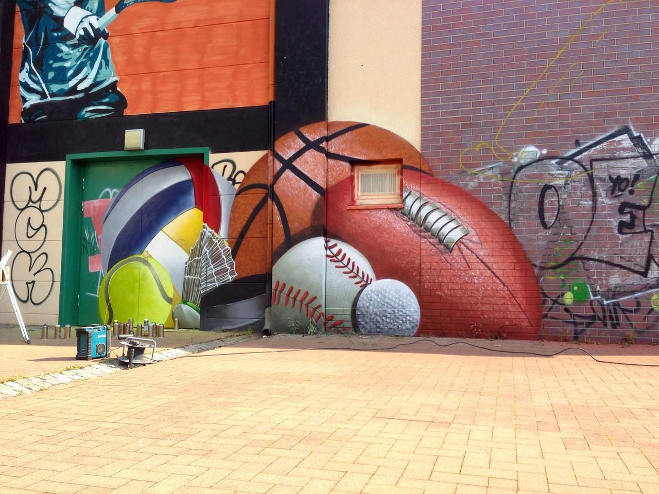 Wandbild mit Sportgeräten gemalt von Graffitikünstler aus Brandenburg bei Berlin
