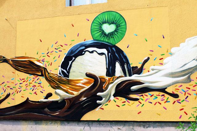 Fassadenbild durch Fassadenkünstler gemalt an Hauswand