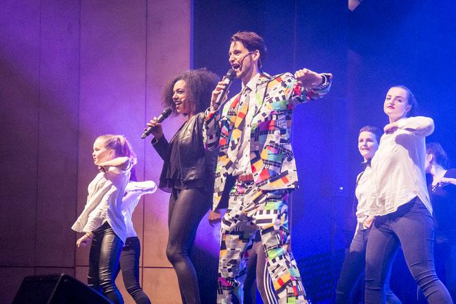 Grafschafter Showgala 2017: Moderatoren Chananja Schulz und Tom Wolf begrüßten die Gäste mit zahlreichen Tänzern.