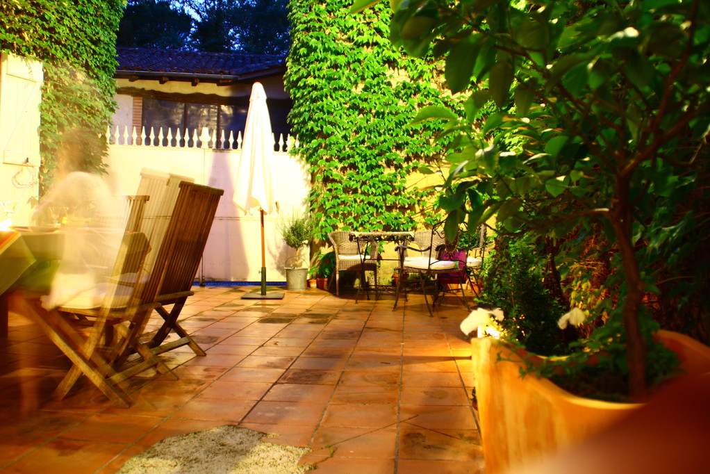 La cour une nuit d'été... Maison d'Hôtes la Rêverie à Lombez