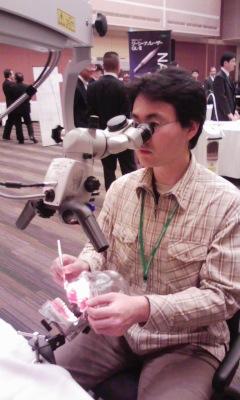 2年前、東京品川で行われたマイクロスコープ講演会の展示ブースにて