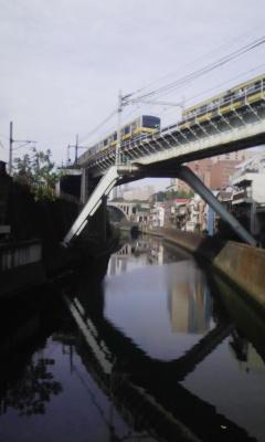神田川に掛かる昌平橋から御茶ノ水方向の風景