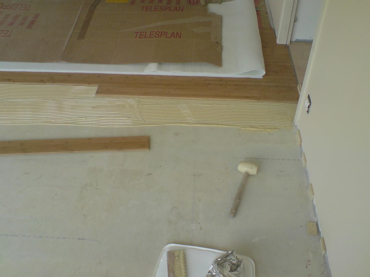 parquet collé bambou caramel salon sur chape sèche
