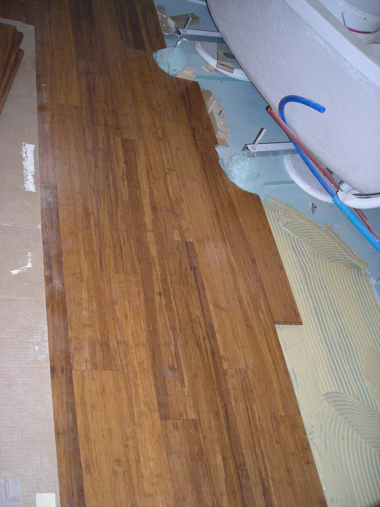parquet collé bambou caramel salle de bain haute dureté sur chape sèche