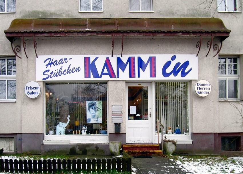 Quelle: www.Spiegel.de - Im Kapitalismus hat man nur dann eine Chance als Unternehmer, wenn das Werbekonzept stimmt. Bei der weißen Substanz im Vorgarten handelt es sich nicht um Schnee, sondern um Schuppen.