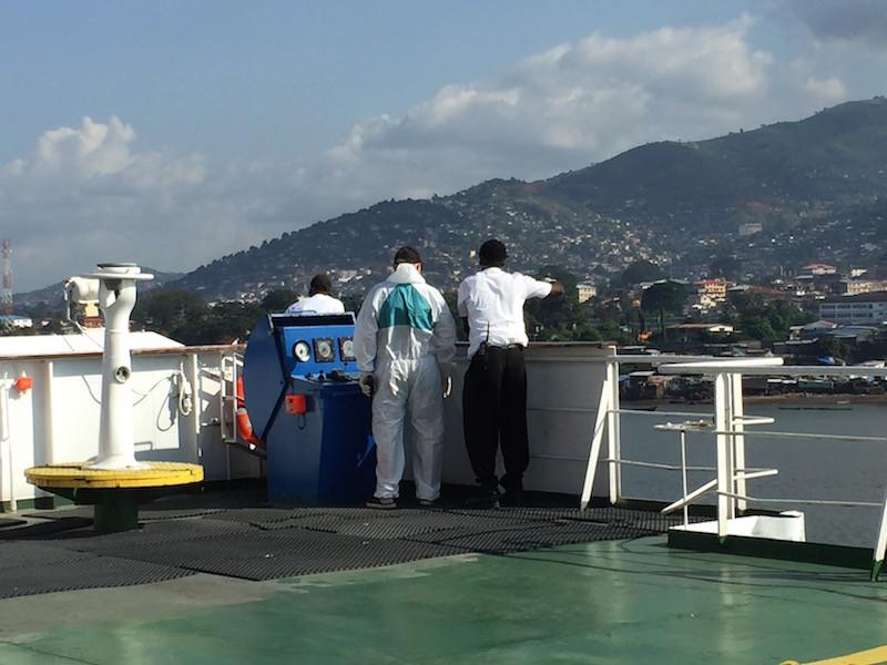 der Begleiter aus Freetown ist bereits vom Lotsenboot auf die Grande Brasile umgestiegen