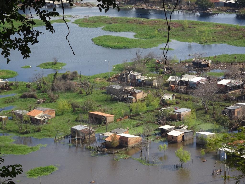 Von oben wird es deutlich: der Rio Paraguay hat viel Unheil angerichtet -