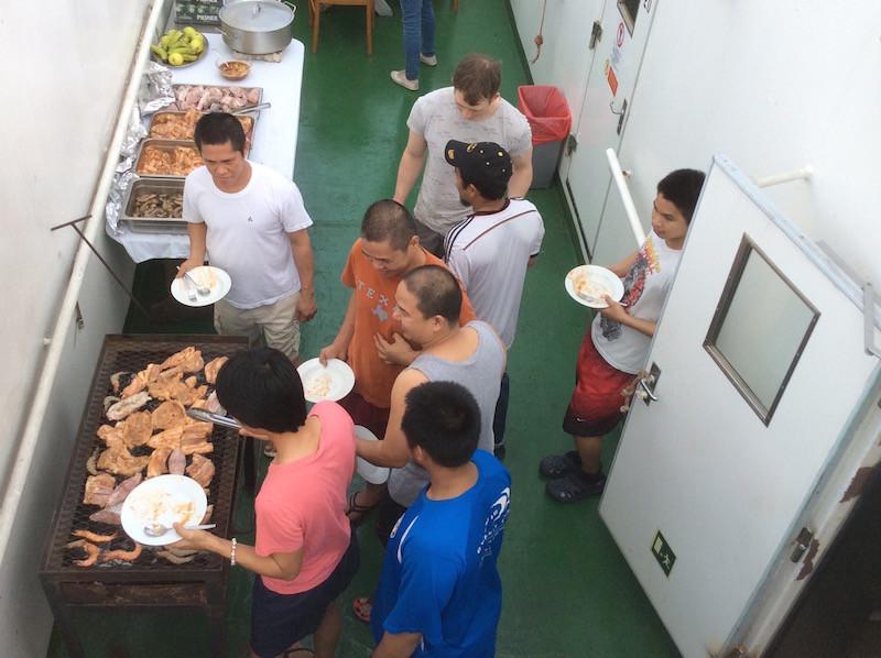 und am Abend ein Barbeque auf Deck 12, genial - die Filipinos müssen nachher wieder zur Arbeit...