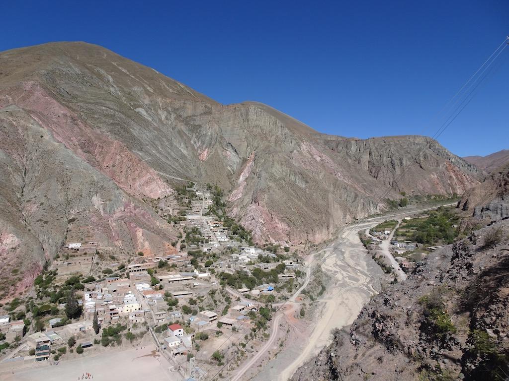 über den ausgetrocknete Fluss erreicht man den einen Teil des Dorfes