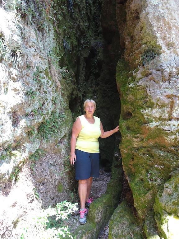 Treppen führen 150 m hinunter zur Höhle Gruta Arequita