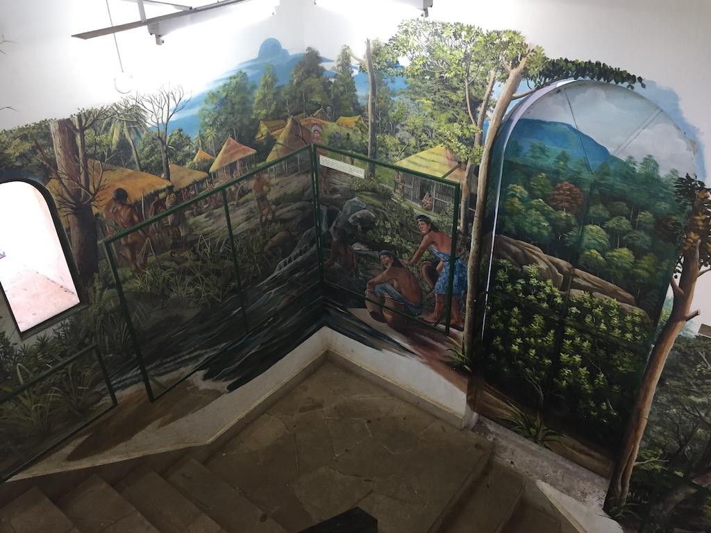 Die Wände der Wendeltreppe erzählen eine Indiolegende