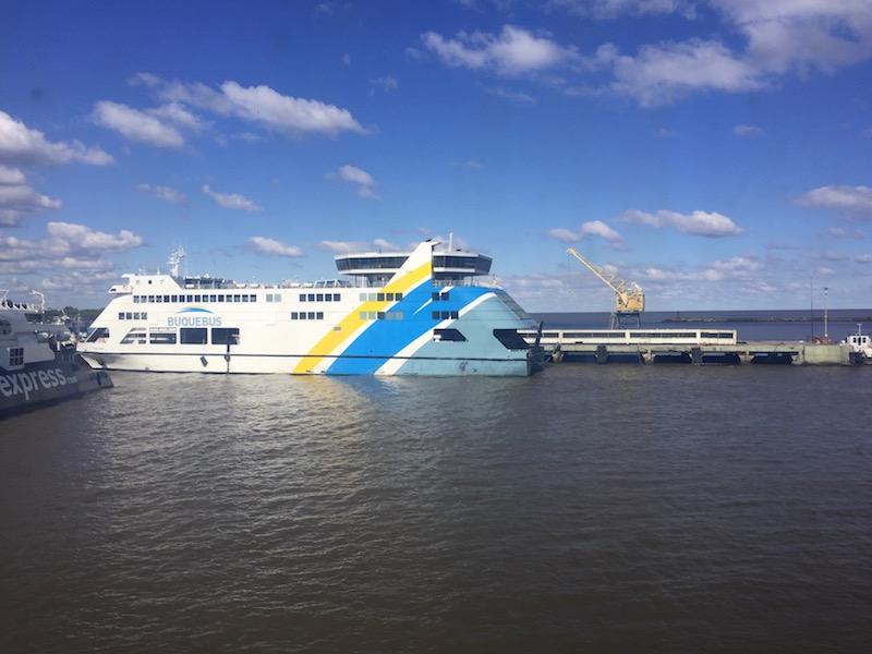 Buquebus, das kleinere der beiden, steht im Hafen,