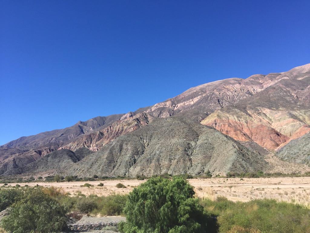strahlend blauer Himmel, farbig das Gebirge