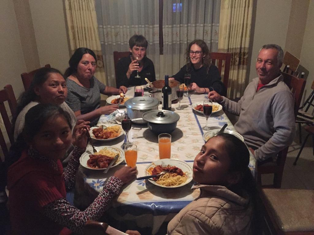 Viel gelacht wird beim gemeinsamen Essen in Maria's Hostel!
