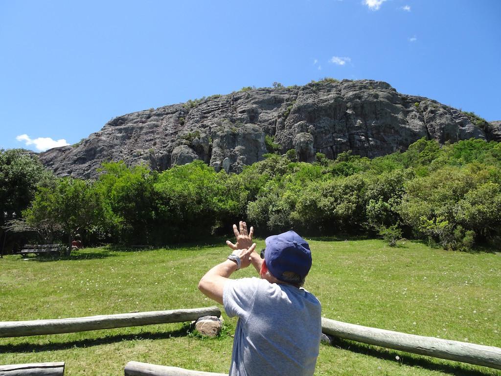 Parque Cerro Arequito, Gustavo zeigt zur Höhle hin