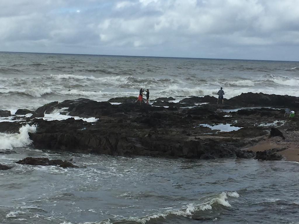 auf den vordersten Klippen versuchen die Fischer ihr Glück