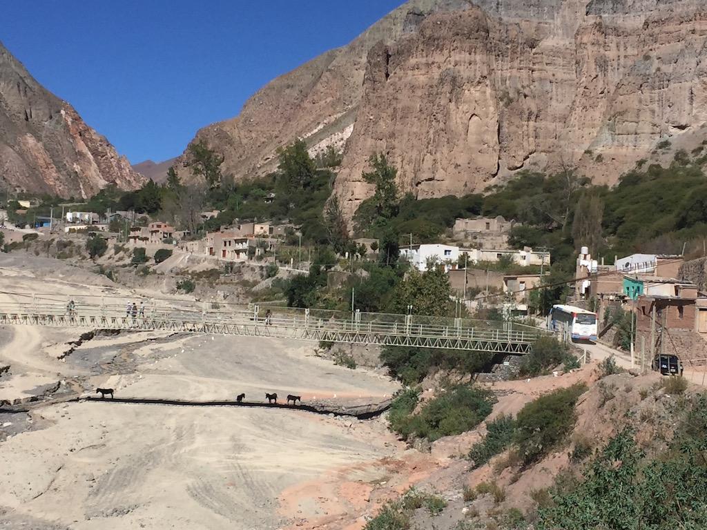 Die Fussgänger benutzen die Brücke, Autos und Motos müssen den Weg über das Flussbeet nehmen