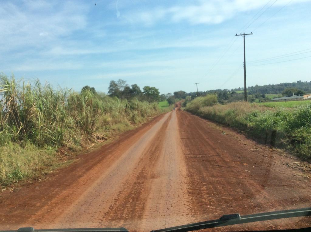 Erdstrasse nach Capitan Meza, am Paraná