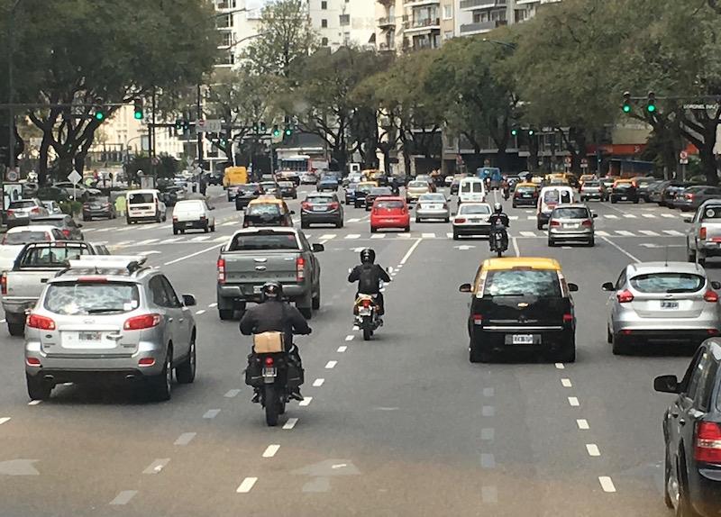 Avenida 9 Julio, die Fussgänger können bei Grünphase nur einen Teil der Strasse überqueren - war Teil unseres Schulweges!