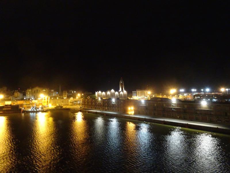 im Abendlicht erleben wir die Einfahrt in Montevideo