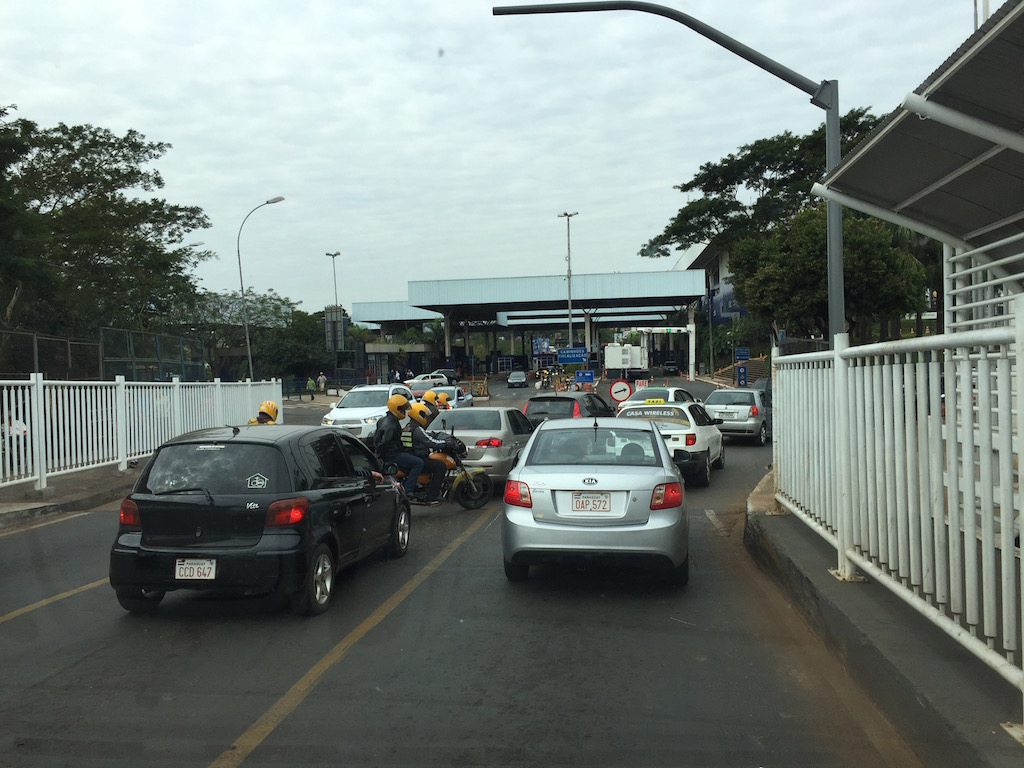 Die Freundschaftsbrücke verbindet Ciudad del Este/PY und Foz do Iguazú/BR