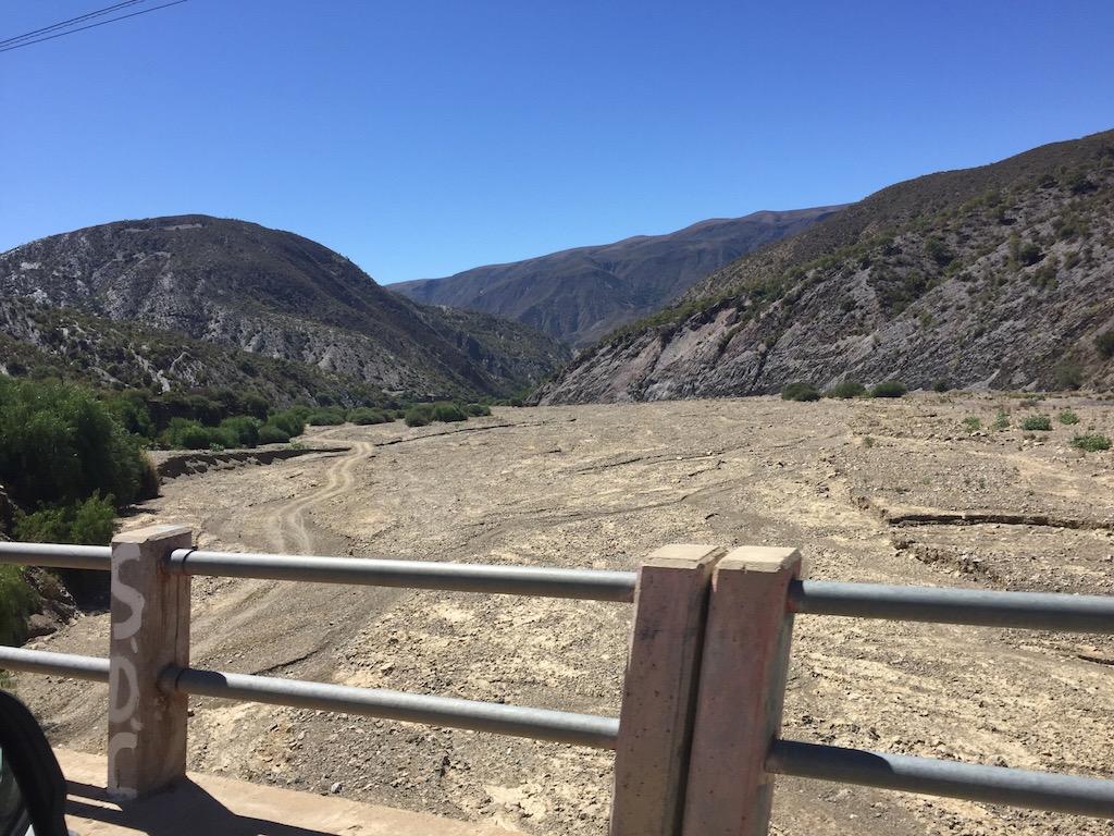 Breit ist das Flussbecken, doch zu dieser Zeit ausgetrocknet!