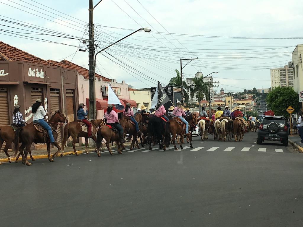 Eine Reiterparade von 300 Pferden bog vor uns in der Hauptstrasse ein...