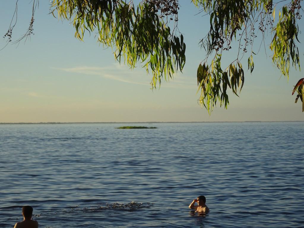 und abends schwimmen kleine und grosse Inselchen an uns vorbei.....