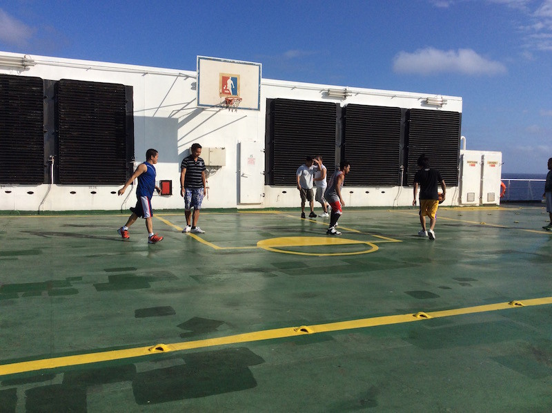 Filipinos beim Korbballspielen auf Deck 13