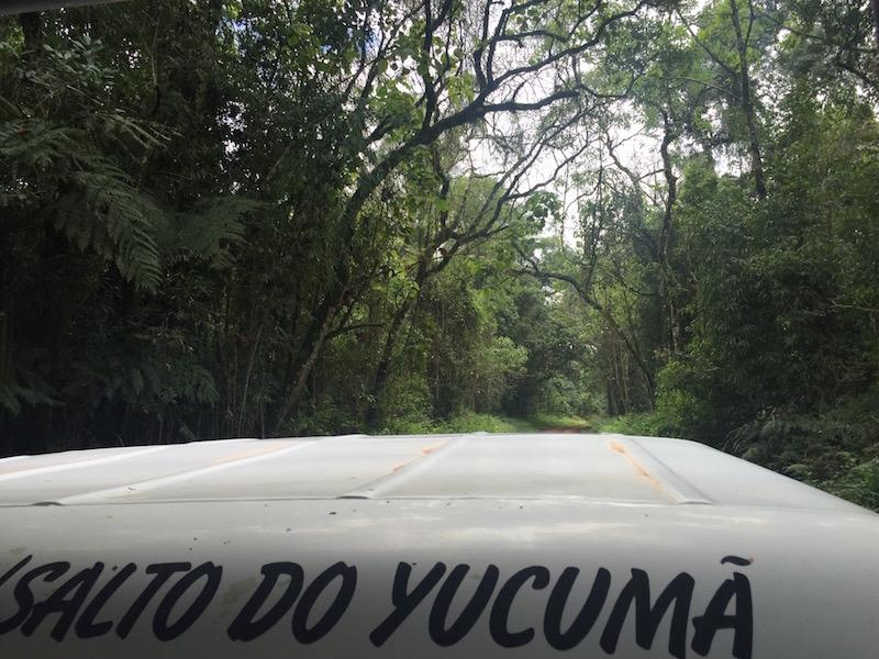 15 km auf dem Hochsitz des Geländefahrzeugs zum Salto Yucumá