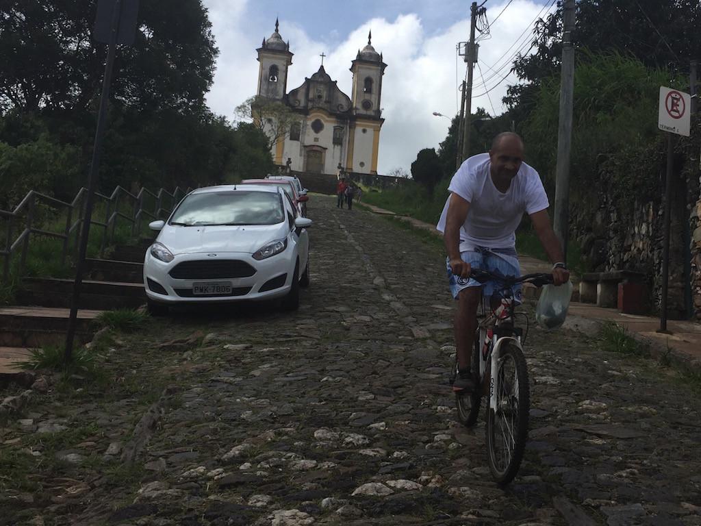 Ouro Preto: hinter dieser Kirche finden wir unseren Stellplatz (iOverlander)