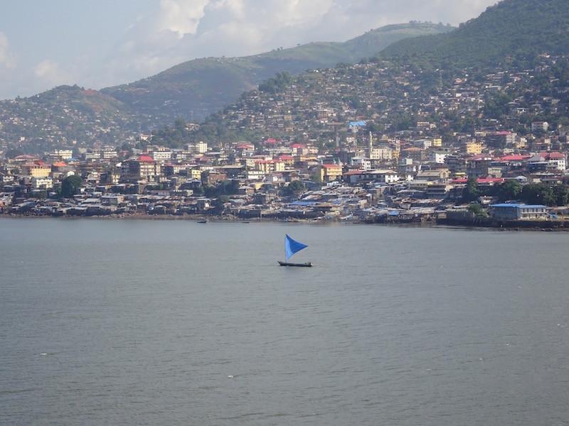 an den ersten Häusern von Freetown vorbei