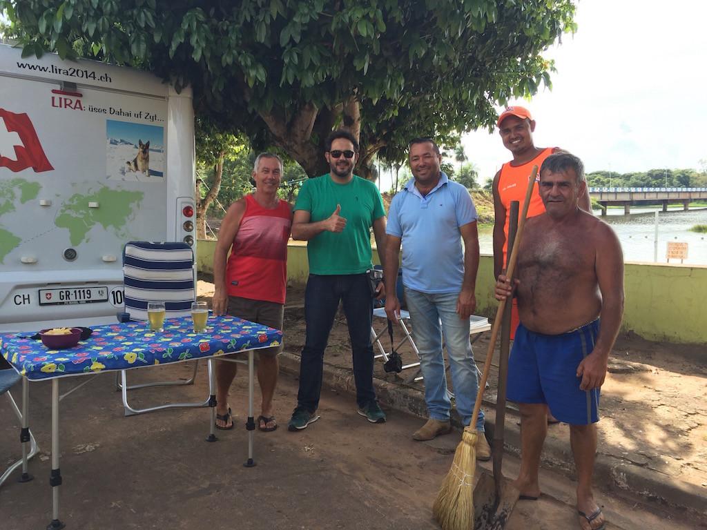 Gemeindemitglieder, Strandaufsicht alle begrüssen uns in Sales, am Rio Tietê