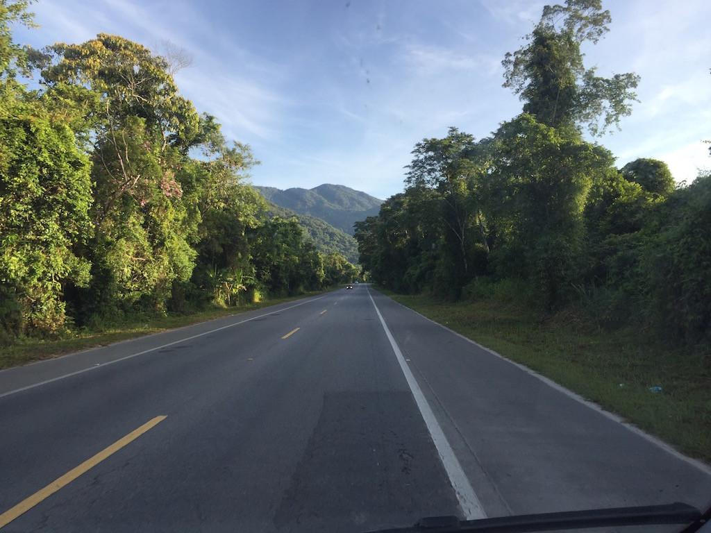 Costa Verde führt durch hügelige Gegend