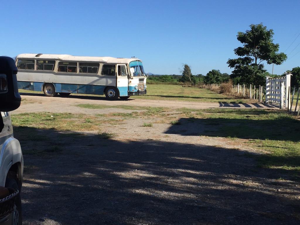 Bus vor der Finca 'mit europäischen Normen'....