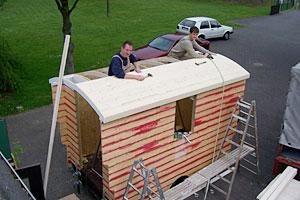 Der Bauwagen erhält ein Dach