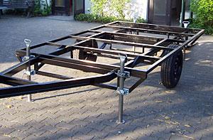 Das entrostete und neu lackierte Fahrgestell des Bauwagens