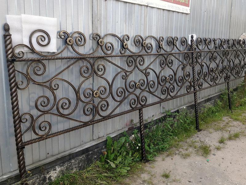 Ритуальная ограда из профильной трубы 15х15 на стойках из витой трубы