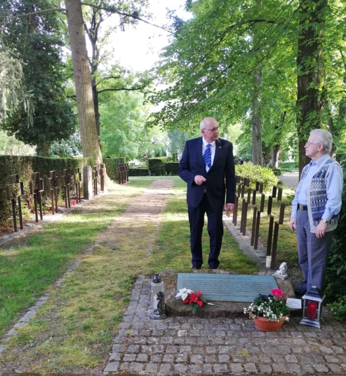 M. Cieszynski und W. Philipp am Gedenkstein