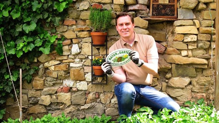 """Landtagsabgeordneter Christoph Kaufmann mit der """"Natur im Garten"""" Plakette"""