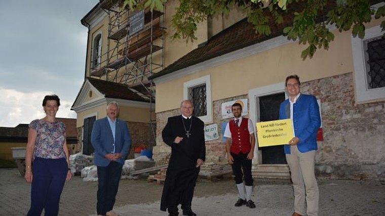 Am Foto: Sabine Bauer, Bgm. Franz Schneider, Abt Georg Wilfinger, Christoph Mehofer und LAbg. Christoph Kaufmann