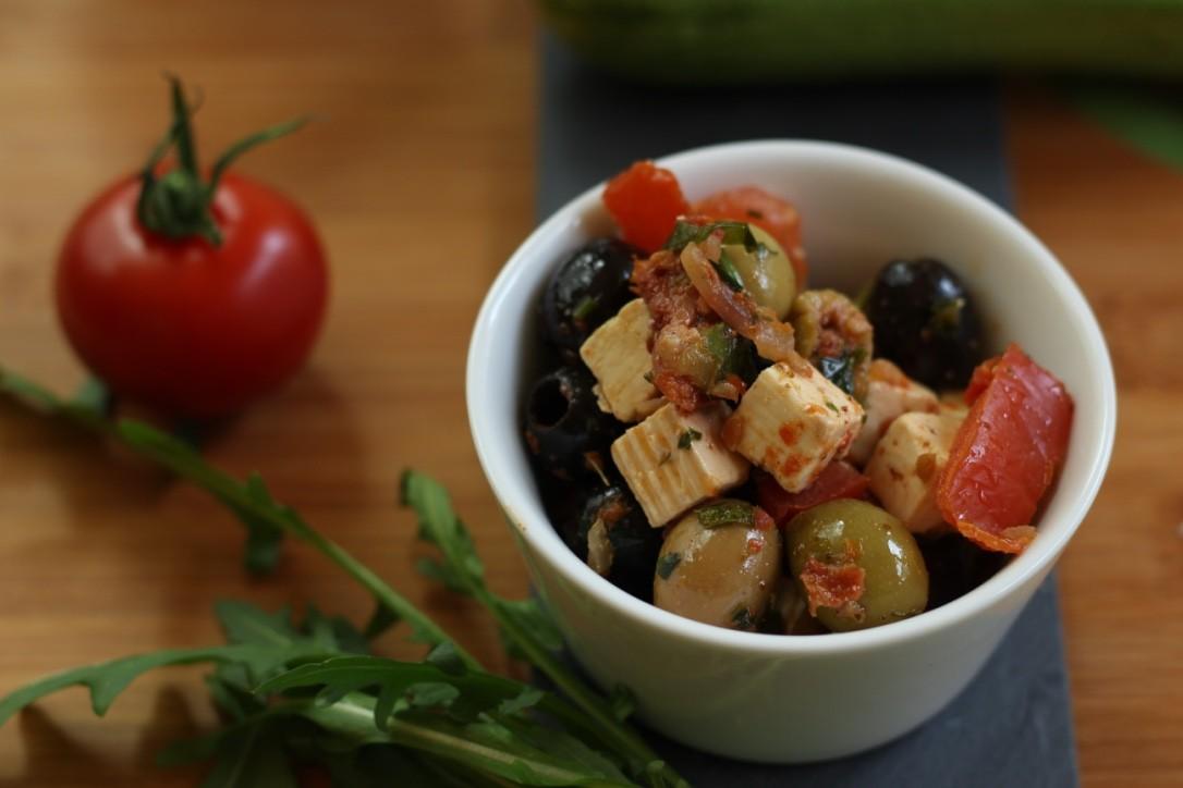 Würfelsalat - mit Oliven, Tomate, Ziegenkäse und Gräuter